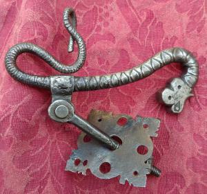 Geschmiedeter Eisentürklopfer in Form eines Drachen