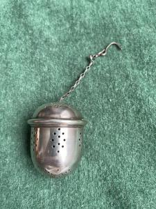 Colino da the in argento a forma di ghianda.Senza punzone.