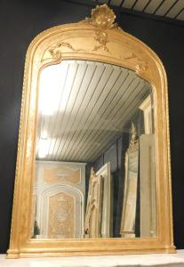 specc83带有金色镜框镜的镜子。高180厘米x宽113厘米