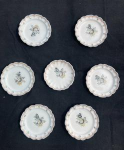 """马略卡岛的七个盘子上装饰着""""鲜花和罗卡叶"""",达索(Dallari)制造,萨索洛(Sassuolo)"""