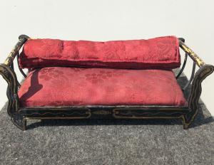 与金装饰的木沙发模型。