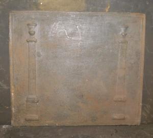 p025 - piastra in ghisa con due colonne, misura cm l 58 x h 50