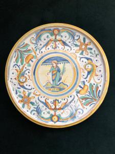 Placa de majólica elevada com decoração em rafael e figura da Virgem. Deruta.