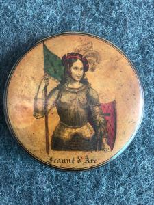 Papier-mache snuffbox with depiction of Giovanna D'Arco.Francia