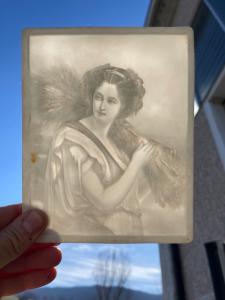 Litofania in porcellana bisquit con bassorilievo raffigurante figura femminile,allegoria dell'estate.Francia.