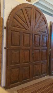 ptn095 puerta de nogal con paneles tallados, período '600, ancho. 220 x 310 cm