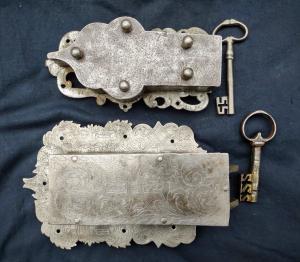 2个刻有原始钥匙的家具锁