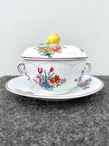Tazza da puerpera in porcellana 'masso bastardo' decorata alla rosa e mazzetti di fiori.Manifattura di Doccia-Ginori.
