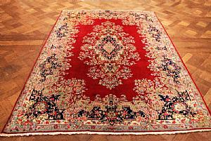 OUTSTANDING AND ANCIENT KIRMAN (KIERMAN) IMPERIAL WITH FLORAL DECORATION ON THE TONE OF RED CARDINAL - 185 X 265 cm.