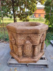 Magistrale pozzo ottagonale in marmo Rosso Verona con stemmi araldici - H 88 cm
