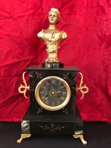 Orologio a pendolo con scultura firmata Mestais