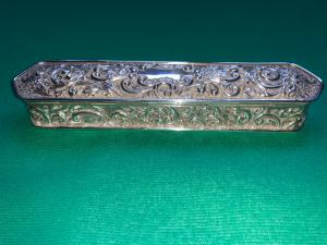 Scatola porta penne in argento sbalzato con motivi vegetali e rocaille.Birmingham Inghilterra.1912.