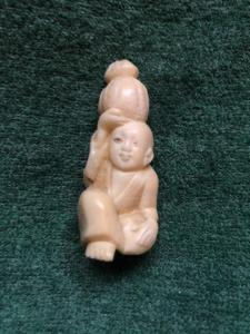 Elfenbein Netsuke 'mit Figur sitzt mit Kürbis auf dem Kopf. Japan.