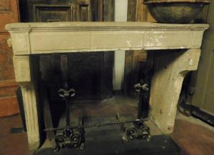 chp303 - camino in pietra di Borgogna, cm l 156 x h 116