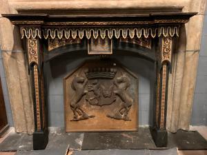 chl151 - camino in legno laccato, stile neogotico, cm l 148 x h 117