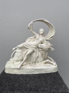 Escultura de barro representando uma cena neoclássica com uma figura feminina e uma vaca. Novidade de Bassano