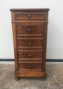 Mesa-de-cabeceira de nogueira com uma gaveta e porta com gavetas falsas de folheado de briar, tampo de mármore france.