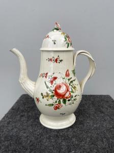 罗斯装饰了陶器咖啡罐德比郡,英国。