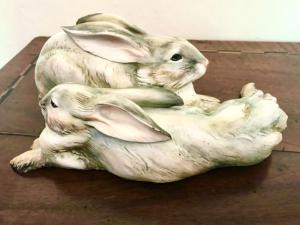 Coppia di conigli in ceramica.Manifattura Cacciapuoti,Milano.