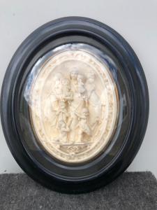 在描述有耶稣孩子和其他字符的海泡沫(菱镁矿)的浅浮雕玛丹娜法国。
