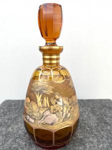 Böhmische Flasche mit Gold- und Silberdekoration, die eine galante Szene darstellt.