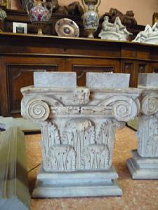 Une paire de pilastres de marbre blanc
