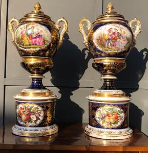 coppia di grandi vasi in porcellana dipinta in policromia e oro