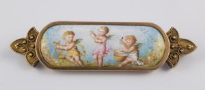 Brooch in 18k gold and painted on enamel depicting three cherubs, France late '800