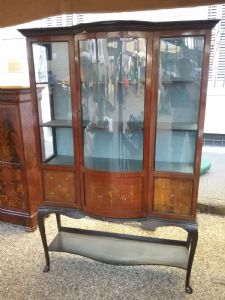 Splendida vetrina vittoriana intarsiata in mogano gambe chippendahl  fronte mosso l120xh180xp33xmax43
