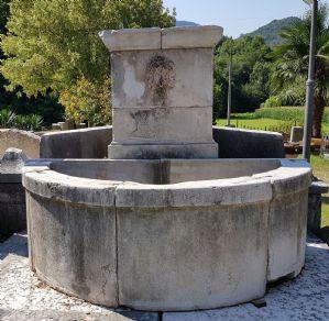 Fontana a settori in pietra bianca