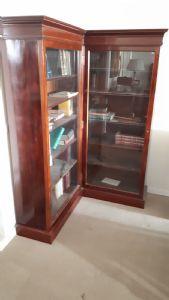 Libreria angolare in mogano e piuma di mogano