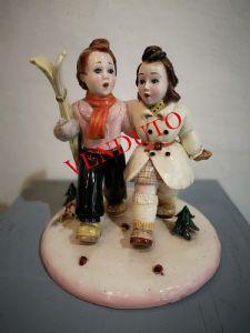 Statuina in ceramica Trevir raffigurante sciatori