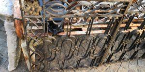 puerta de hierro con pinchos