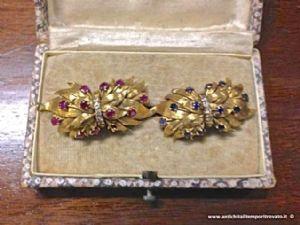 Antica coppia di spille in oro 750, rubini, zaffiri, brillantini