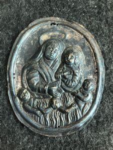 Placa de tabardo plateado que representa a la Virgen con el Niño y las almas purgativas. Hermandad de las almas. Génova