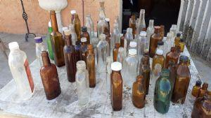 Coleção antiga de frascos de remédios e outros tipos