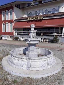 Fuente central de mármol blanco