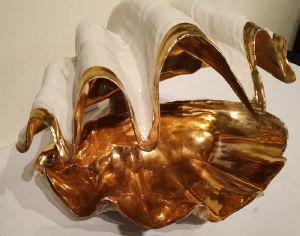 Conchiglia bivalva in porcellana smaltata e  dorata