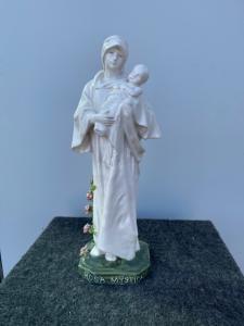Madonna e Criança em faiança branca com base e rosas policromadas e inscrição: Rosa Mystica .Minghetti Manufacture, Bologna.