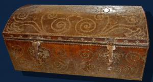 Area veneta, XVII secolo, Baule da viaggio in pelle con borchie, Misure: h. 110 x l. 58 x p. 50