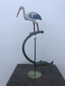 Gioco in metallo dipinto raffigurante  uccello con pesce contrappeso, basculante su base.