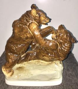 Scultura in porcellana raffigurante due orsi che lottano.Manifattura  Royal Dux.
