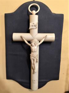Kruzifix in Elfenbein