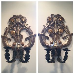 Pair of appliques in silver mecca wood and gold leaf gilded with arms in two-candle iron sheet.