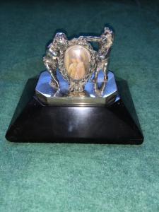 Fermacarte  press-papier in argento con due putti e portaritratti con miniatura in avorio.Base in pietra lavagna.