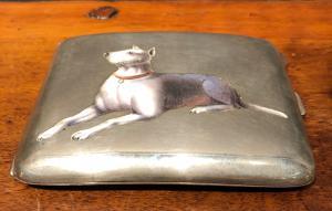 银色和搪瓷烟盒,带狗形图案。意大利。