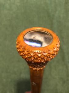 Perfume stick with knob in curozo seed engraved with geometric motifs with mirror. Barrel in rattan.