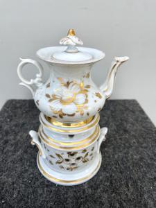 Veilleuse-tisaniera in porcellana decorata a motivi floreali stilizzati in oro.Italia.