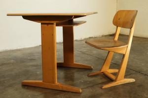 70年代男孩的桌子和学校椅子