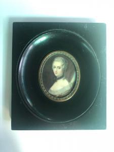 Miniatura sobre marfil con figura femenina, marco de madera ebonizada.